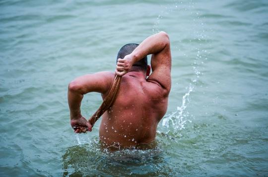 """Choáng với cảnh """"tắm tiên"""" ở sông Hồng dưới cái lạnh """"thấu xương"""" - Ảnh 12."""