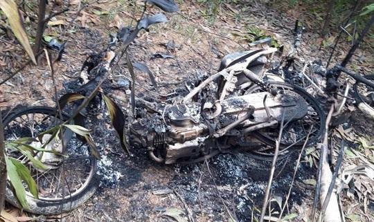5 đối tượng cả gan đốt rụi 5 xe máy của cán bộ bảo vệ rừng - Ảnh 2.