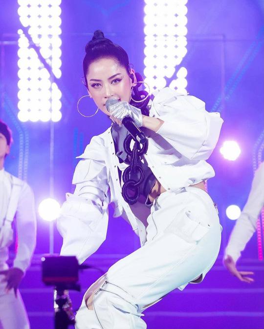 Ca sĩ được phép hát nhép, cư dân mạng dậy sóng, réo tên Chi Pu - Ảnh 1.