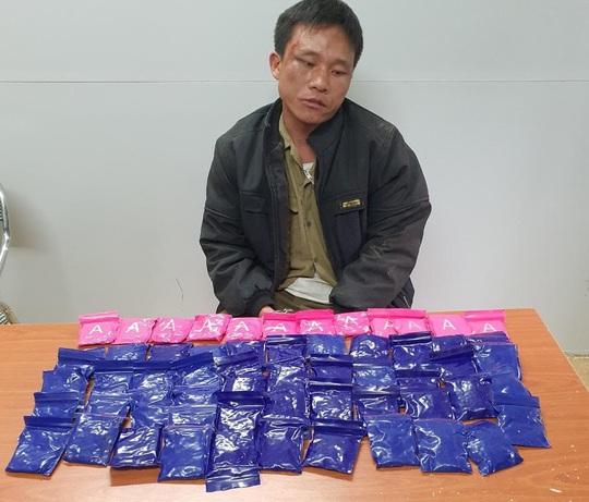 Kẻ buôn 12.000 viên ma túy dùng dao chống trả, cắn vào tay thiếu tá công an khi bị vây bắt - Ảnh 1.