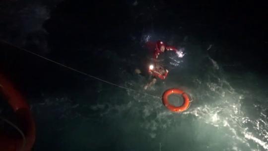 Vụ chìm tàu nước ngoài ở biển Phú Quý: Tìm thấy 11 người, 4 người chết và mất tích - Ảnh 2.