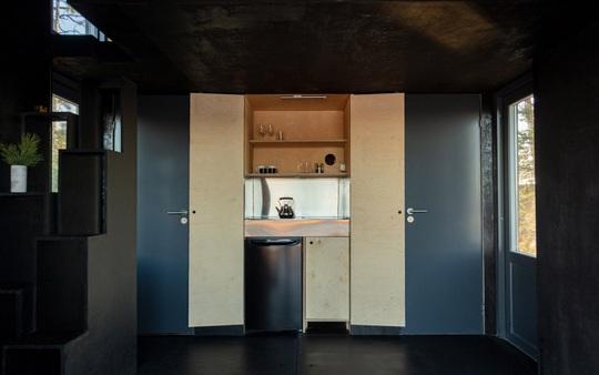 Ngôi nhà xinh xắn với công nghệ xanh nằm cheo leo bên bờ biển - Ảnh 4.