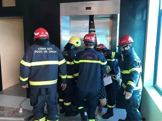 2 thang máy của công ty cùng gặp sự cố, 38 người mắc kẹt - Ảnh 1.