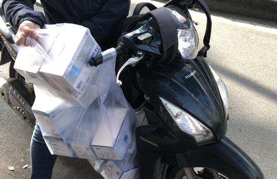 CLIP: Người dân TP HCM mua khẩu trang chống dịch Covid-19 - Ảnh 2.