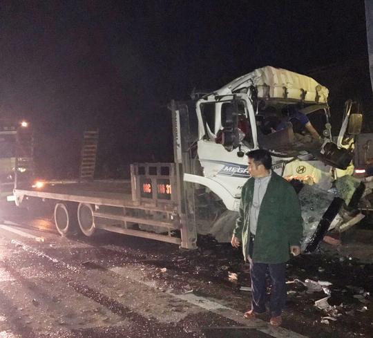 Tai nạn nghiêm trọng trên cao tốc Nội Bài - Lào Cai, tài xế và phụ xe tử vong - Ảnh 1.