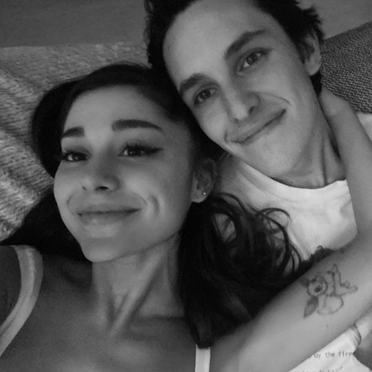 Nữ ca sĩ Ariana Grande thông báo đính hôn - Ảnh 1.