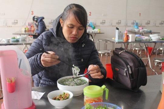 Quán bún hến 30 năm tuổi ở Hà Nội, ngày bán 2 tạ hến, 1 tạ bún - Ảnh 4.
