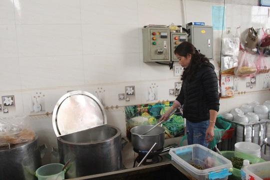 Quán bún hến 30 năm tuổi ở Hà Nội, ngày bán 2 tạ hến, 1 tạ bún - Ảnh 5.