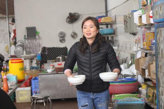 Quán bún hến 30 năm tuổi ở Hà Nội, ngày bán 2 tạ hến, 1 tạ bún - Ảnh 6.