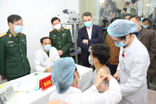 Thêm 17 người tình nguyện tiêm thử nghiệm vắc-xin Covid-19 - Ảnh 1.