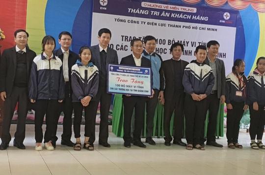 EVNHCMC tặng 100 bộ máy tính cho các trường học tại Quảng Bình - Ảnh 1.