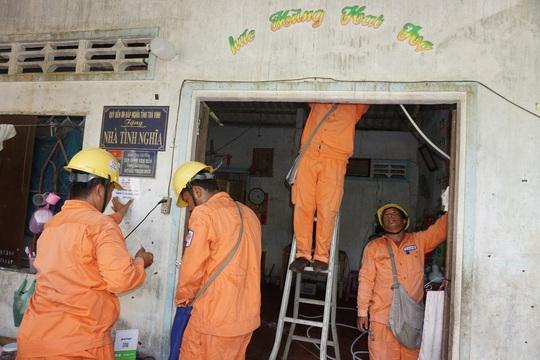 Điện lực Cầu Kè sửa chữa điện miễn phí cho hộ nghèo, hộ gia đình chính sách - Ảnh 1.