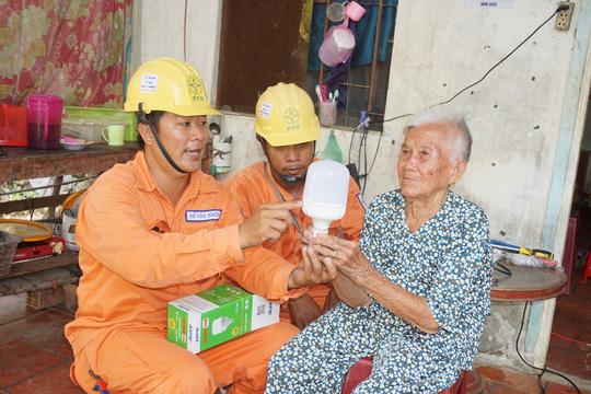 Điện lực Cầu Kè sửa chữa điện miễn phí cho hộ nghèo, hộ gia đình chính sách - Ảnh 2.