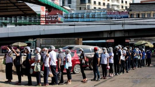 Chợ hải sản lớn nhất Thái Lan bùng phát dịch Covid-19 - Ảnh 1.