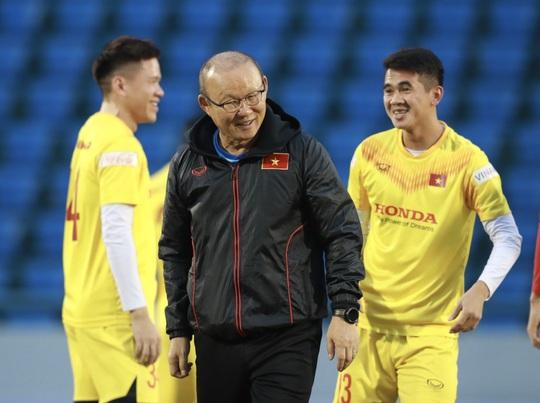 HLV Park Hang-seo cùng 19 tuyển thủ quốc gia tập trước giờ bóng lăn với đàn em U22 - Ảnh 1.