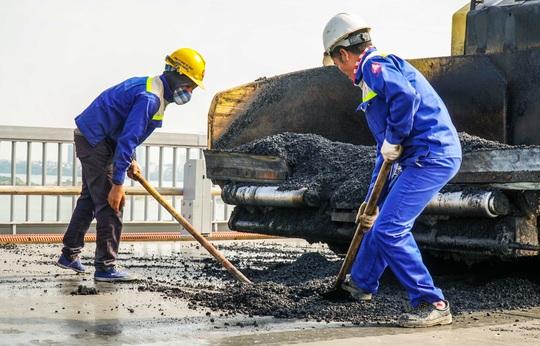 CLIP: Cận cảnh công nhân gấp rút sửa cầu Thăng Long chi phí 269 tỉ đồng - Ảnh 15.