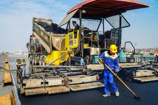 CLIP: Cận cảnh công nhân gấp rút sửa cầu Thăng Long chi phí 269 tỉ đồng - Ảnh 7.