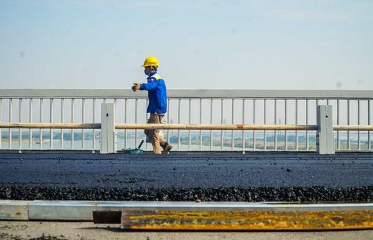 CLIP: Cận cảnh công nhân gấp rút sửa cầu Thăng Long chi phí 269 tỉ đồng - Ảnh 10.