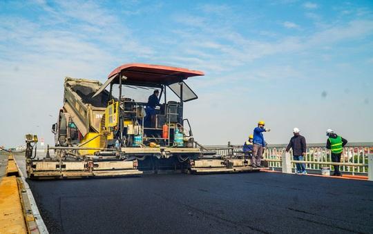CLIP: Cận cảnh công nhân gấp rút sửa cầu Thăng Long chi phí 269 tỉ đồng - Ảnh 11.