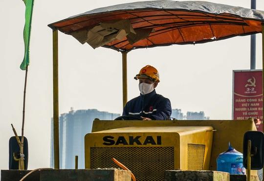 CLIP: Cận cảnh công nhân gấp rút sửa cầu Thăng Long chi phí 269 tỉ đồng - Ảnh 12.