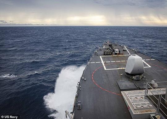 Mỹ - Trung đấu khẩu sau khi tàu chiến Mỹ áp sát quần đảo Trường Sa - Ảnh 1.