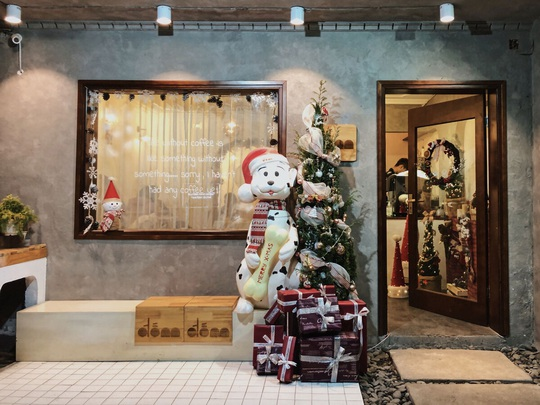 Check-in 8 quán cà phê đẹp mùa Giáng Sinh - Ảnh 1.