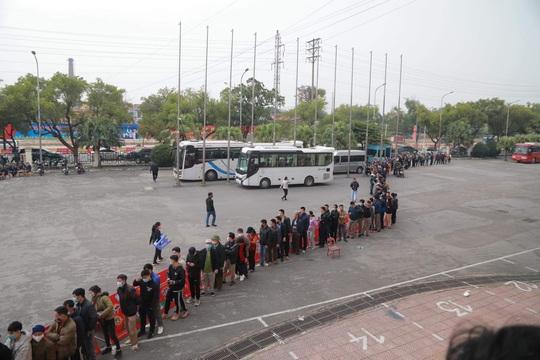 Người hâm mộ Phú Thọ xếp hàng dài mua vé trận đội tuyển Việt Nam - U22 Việt Nam - Ảnh 2.