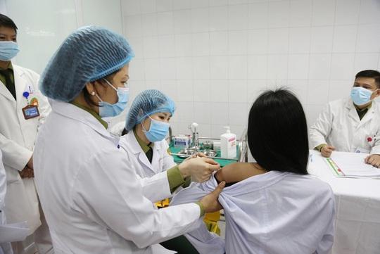 Tăng liều lượng, thử nghiệm vắc-xin Covid-19 loại 50 mcg cho 3 người đầu tiên - Ảnh 2.