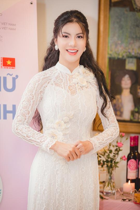 Hoa hậu Loan Vương khâm phục những đoá hồng trong tuyến đầu chống dịch - Ảnh 1.