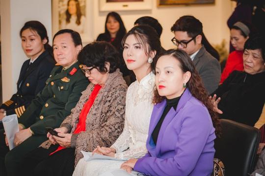 Hoa hậu Loan Vương khâm phục những đoá hồng trong tuyến đầu chống dịch - Ảnh 6.