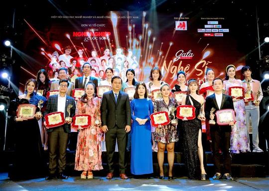 400 người tham dự đêm Vinh danh đã mặc niệm cố nghệ sĩ Chí Tài - Ảnh 1.