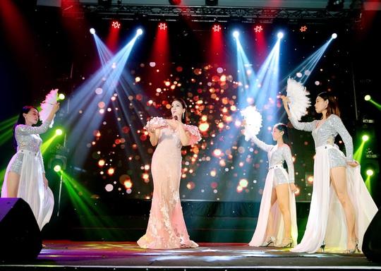 400 người tham dự đêm Vinh danh đã mặc niệm cố nghệ sĩ Chí Tài - Ảnh 5.