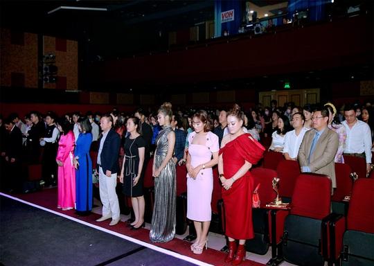 400 người tham dự đêm Vinh danh đã mặc niệm cố nghệ sĩ Chí Tài - Ảnh 6.