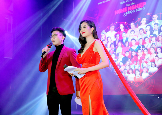400 người tham dự đêm Vinh danh đã mặc niệm cố nghệ sĩ Chí Tài - Ảnh 3.