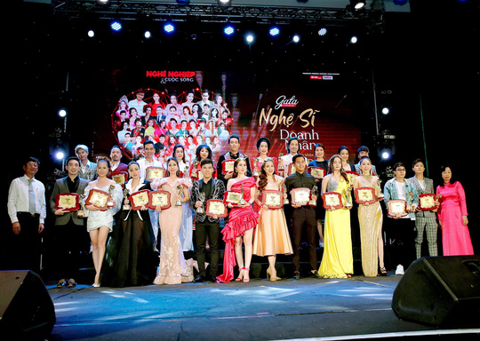 400 người tham dự đêm Vinh danh đã mặc niệm cố nghệ sĩ Chí Tài - Ảnh 2.