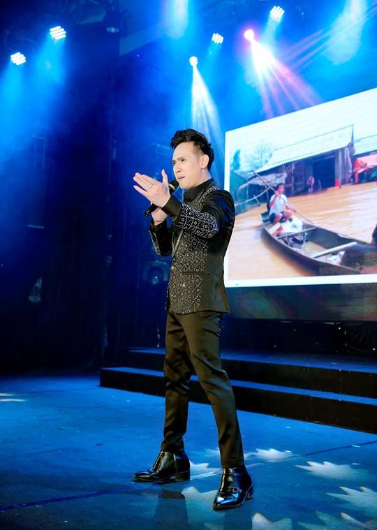 400 người tham dự đêm Vinh danh đã mặc niệm cố nghệ sĩ Chí Tài - Ảnh 4.
