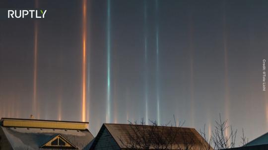 Kỳ lạ những cột ánh sáng mọc tua tủa ở Siberia - Ảnh 1.