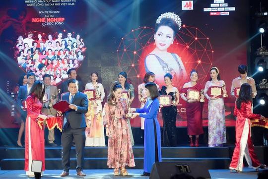 Nữ hoàng doanh nhân Ngô Thị Kim Chi giản dị nhưng tỏa sắc trong đêm Vinh danh Trái tim nhân ái - Ảnh 1.