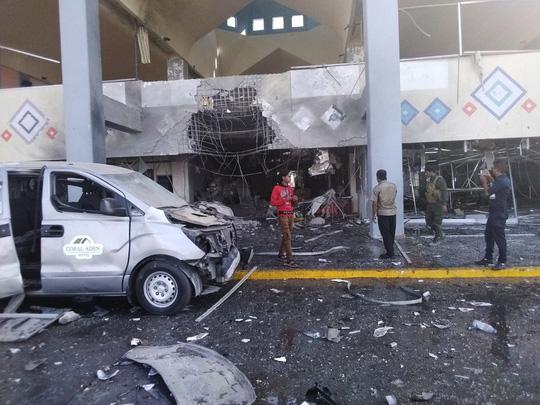 2 vụ nổ ở sân bay Yemen khiến 140 người thương vong: May mà máy bay thoát nạn - Ảnh 4.