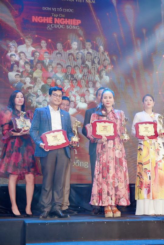Nữ hoàng doanh nhân Ngô Thị Kim Chi giản dị nhưng tỏa sắc trong đêm Vinh danh Trái tim nhân ái - Ảnh 4.