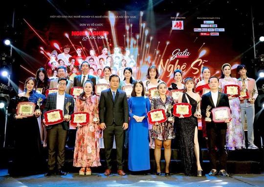 Nữ hoàng doanh nhân Ngô Thị Kim Chi giản dị nhưng tỏa sắc trong đêm Vinh danh Trái tim nhân ái - Ảnh 5.