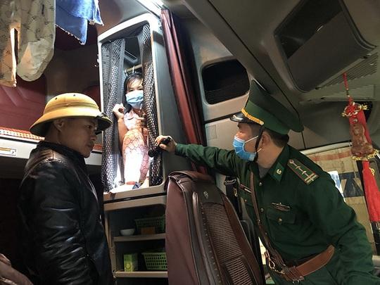 Người đàn bà bí mật bên trong cabin xe Container từ Lào về Việt Nam - Ảnh 1.