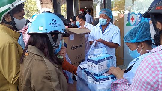 Siêu thị Việt tặng khẩu trang vải kháng khuẩn cho khách hàng đến hết tháng 12 - Ảnh 2.