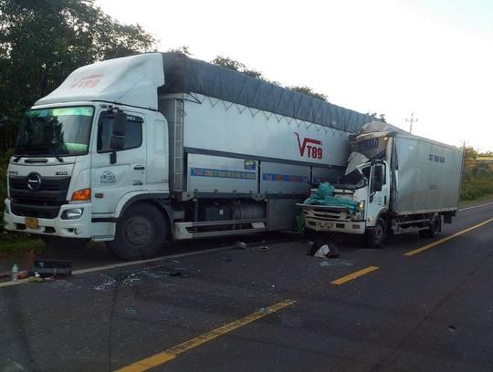 Xe thư báo tông đuôi xe tải, 2 người thương vong - Ảnh 1.