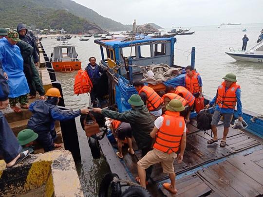 Tàu chìm ở Cù Lao Chàm, 10 người thoát chết - Ảnh 1.
