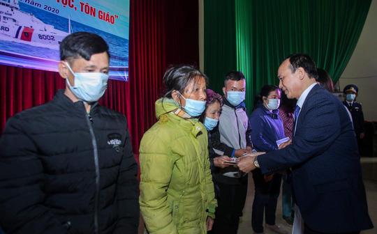 Báo Người Lao Động và Bộ Tư lệnh Cảnh sát biển trao tặng cờ Tổ quốc, quà cho người dân Nghệ An - Ảnh 5.