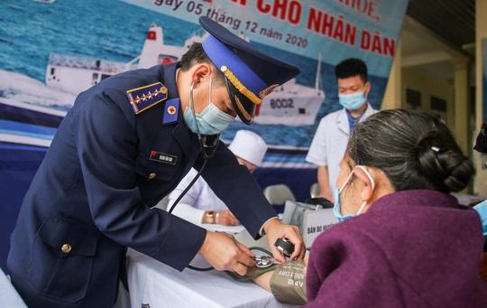 Báo Người Lao Động và Bộ Tư lệnh Cảnh sát biển trao tặng cờ Tổ quốc, quà cho người dân Nghệ An - Ảnh 7.