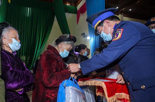 Báo Người Lao Động và Bộ Tư lệnh Cảnh sát biển trao tặng cờ Tổ quốc, quà cho người dân Nghệ An - Ảnh 4.