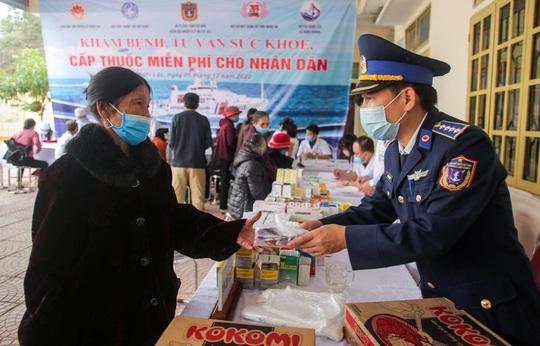 Báo Người Lao Động và Bộ Tư lệnh Cảnh sát biển trao tặng cờ Tổ quốc, quà cho người dân Nghệ An - Ảnh 8.
