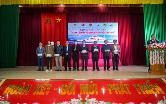 Báo Người Lao Động và Bộ Tư lệnh Cảnh sát biển trao tặng cờ Tổ quốc, quà cho người dân Nghệ An - Ảnh 3.